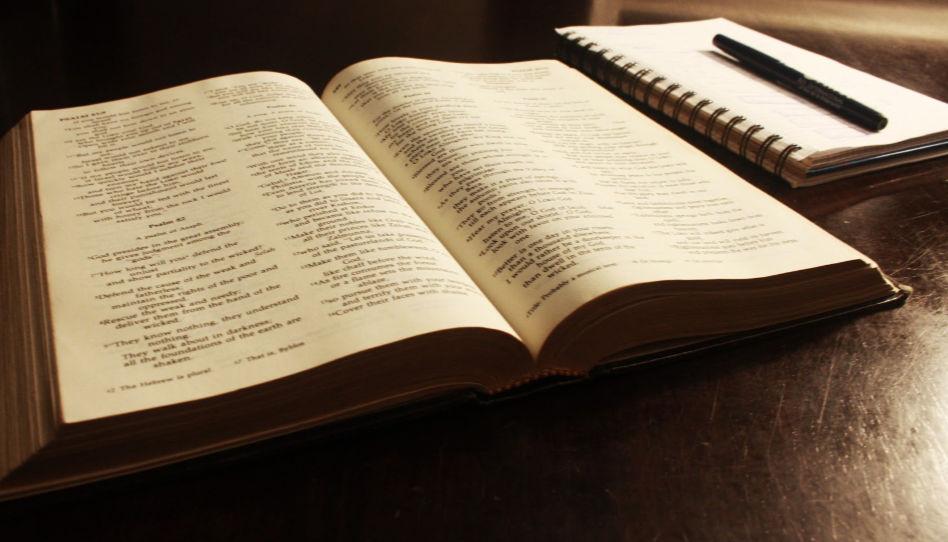 Zu sehen ist eine aufgeschlagene Bibel und rechts davon ein Tagebuch. Die Gedanken und Fragen zu dem, was wir in den heiligen Schriften lesen, aufzuschreiben, kann uns helfen, persönliche Offenbarung zu empfangen.