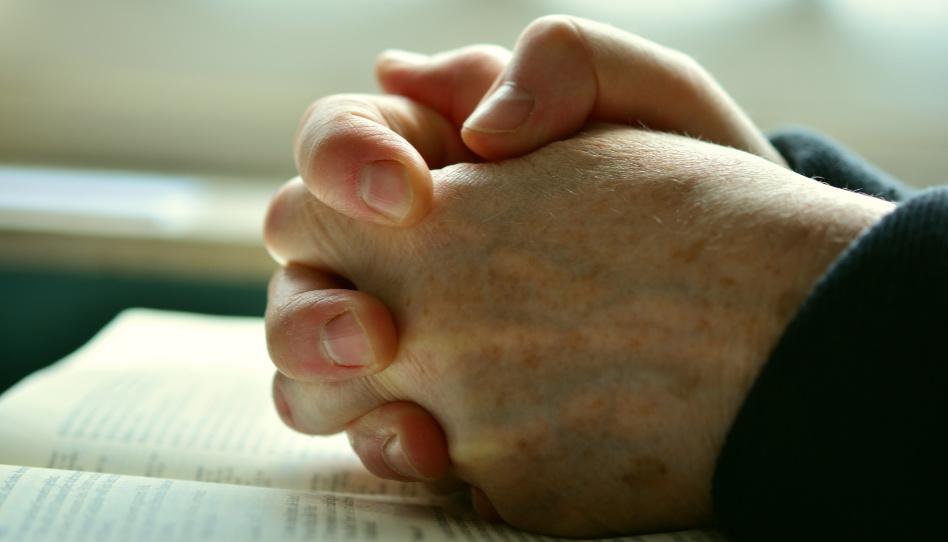 Zu sehen sind zwei zum Gebet gefaltete Hände. Das Gebet ist ein wichtiges Mittel, um persönliche Offenbarung von Gott zu erhalten.