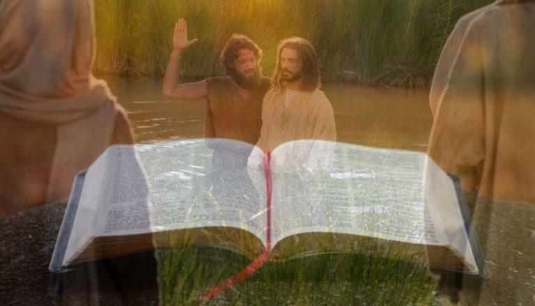 """Auf dem Titelbild dieses Beitrags ist eine aufgeschlagene Bibel zu sehen und im Hintergrund Johhanes der Täufer, im Begriff Jesus Christus zu taufen, passend zum Thema """"Bibelverse zur Taufe""""."""