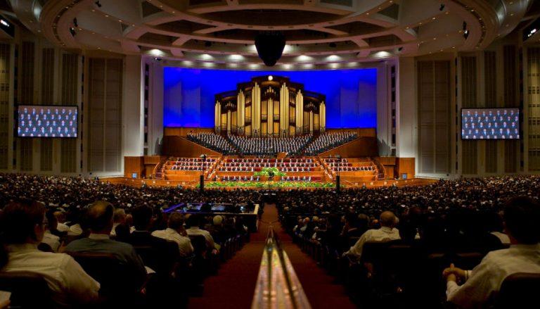 """Zu sehen ist das """"Conference Center"""" der Kirche Jesu Christi der Heiligen der Letzten Tage. In diesem Gebäude finden zwei Mal im Jahr die Generalkonferenz der Kirche statt."""