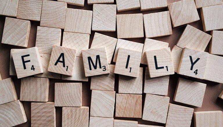 """Passend zum Thema Patchwork-Familien ist das Wort """"Family"""" zu sehen, welches aus Holzbuchstaben eines Scrabble-Spiels zusammengesetzt ist."""
