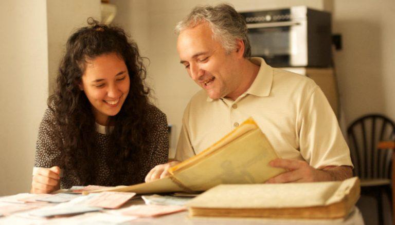 Zu sehen sind ein Vater und seine Tochter, die gemeinsam Ahnenforschung betreiben.