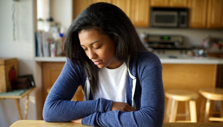 Eines der Gegenmittel, um unser Zeugnis nicht Zeugnis als etwas Selbstverständliches anzusehen, ist ein aufrichtiges, von Herzen kommendes Gebet. Darum sieht man auf diesem Bild eine junge Frau, die ihre Arme zum Gebet verschränkt hat, die Augengeschlossen hält und den Kopf geneigt.