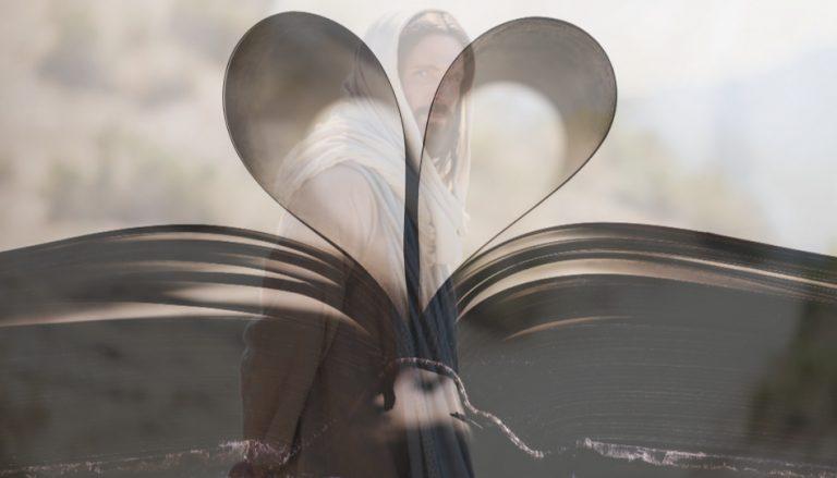 Zu sehen ist ein aufgeschlagenes Buch. Ein paar Seiten des Buches sind nach innen eingeschlagen und ergeben so ein Herz. Im Hintergrund ist Jesus zu sehen, der sich nach Hinten umdreht und schaut als wolle er den Betrachter einladen, ihm zu folgen. Dieses Bild soll symbolisch für die Hilfe Gottes stehen, die er uns gibt, um uns selbst zu helfen. So gibt er uns beispielsweise die heiligen Schriften, doch darin forschen müssen wir selbst.