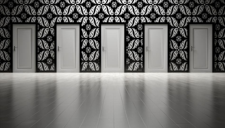 Zu Glauben ist eine tägliche Entscheidung. Auf diesem Bild sind mehrere verschlossene Türen zu sehen, die alle gleich aussehen.
