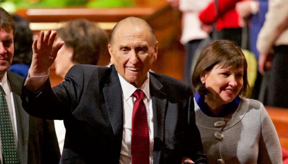 Auf diesem Foto ist ein strahlender Thomas S. Monson zu sehen, der Mitgliedern der Kirche Jesu Christi zuwinkt.