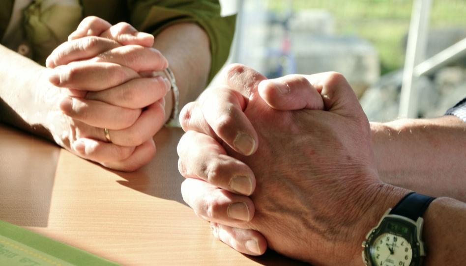 Zu sehen sind jeweils die Hände einer Frau un die Hände eines Mannes, die zum Gebet gefaltet sind.