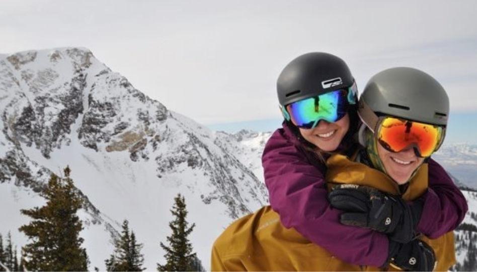 Zu sehen sind Taylor Richards und seine Frau, die in Skibekleidung in die Kamera strahlen.