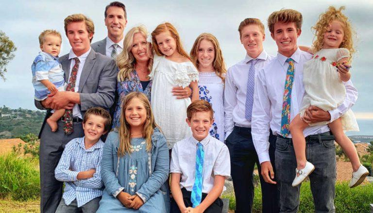 Auf dem Foto ist Brett Wishart zu sehen, ein bekannter Scheidungsanwalt, mit seiner ganzen Familie (Frau und 10 Kinder). In diesem Beitrag gibt er nämlich Tipps, wie man eine Scheidung vermeiden kann.