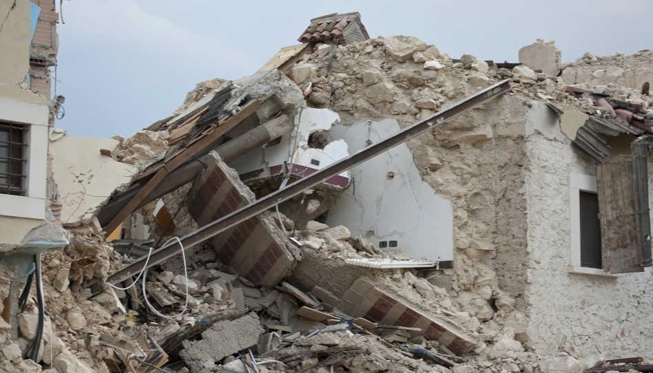 Zu sehen ist ein eingestürztes Haus. - Die Wahrheit über die Aussage, alles habe einen Grund