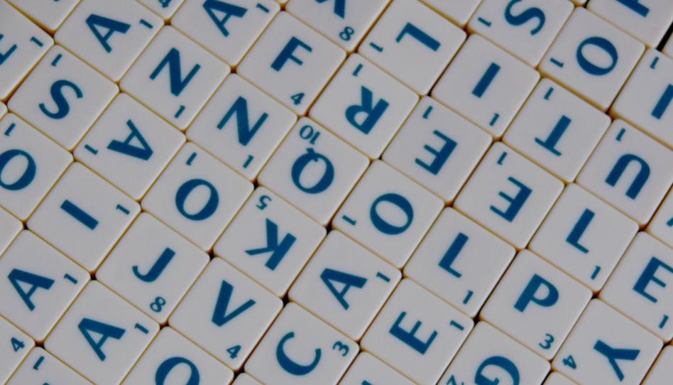 Zu sehen sind mehrere Quadrate, auf denen Buchstaben zu lesen sind. - Die Wahrheit über die Aussage: Gott kennt deinen Namen