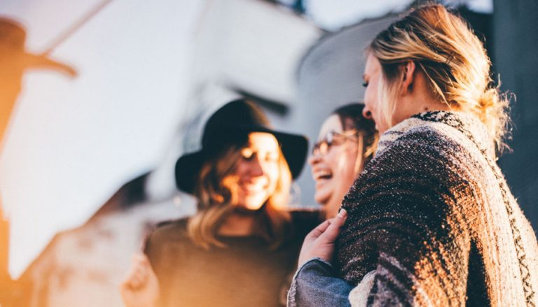 Auf diesem Bild sind junge Frauen zu sehen, die gemeinsam Lachen. Das soll die Botschaft dieses Artikels unterstreichen, dass in der Kirche Jesu Christi jeder willkommen ist, und wir Freundschaft pflegen wollen.