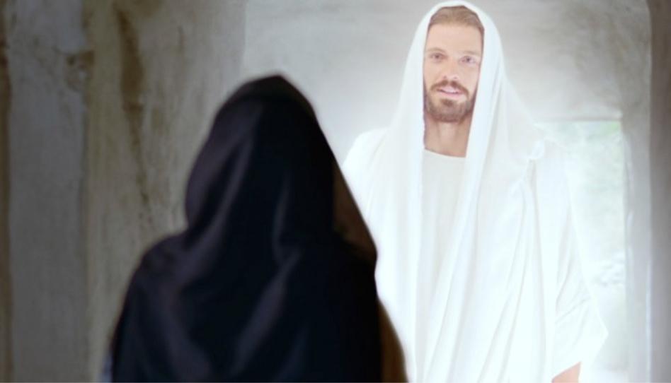 Dies ist ein Bild von Maria (zu sehen von hinten) und dem auferstandenen Jesus Christus.