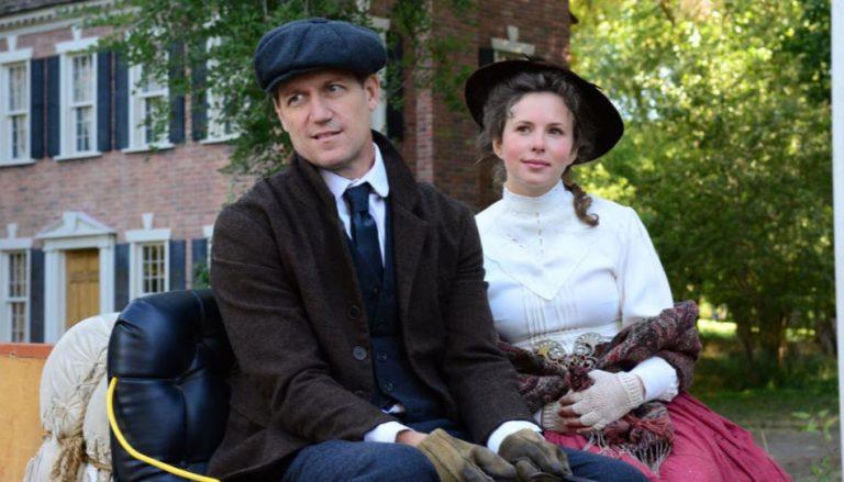 """Zu sehen sind die Hauptdarsteller aus T.C. Christensens neuem Film """"The Fighting Preacher"""", auf einer Kutsche sitzend. In diesem Film geht es um die 25 jährige Mission von Willard und Rebecca Bean, die wirklich ein Leben für Gott führten."""