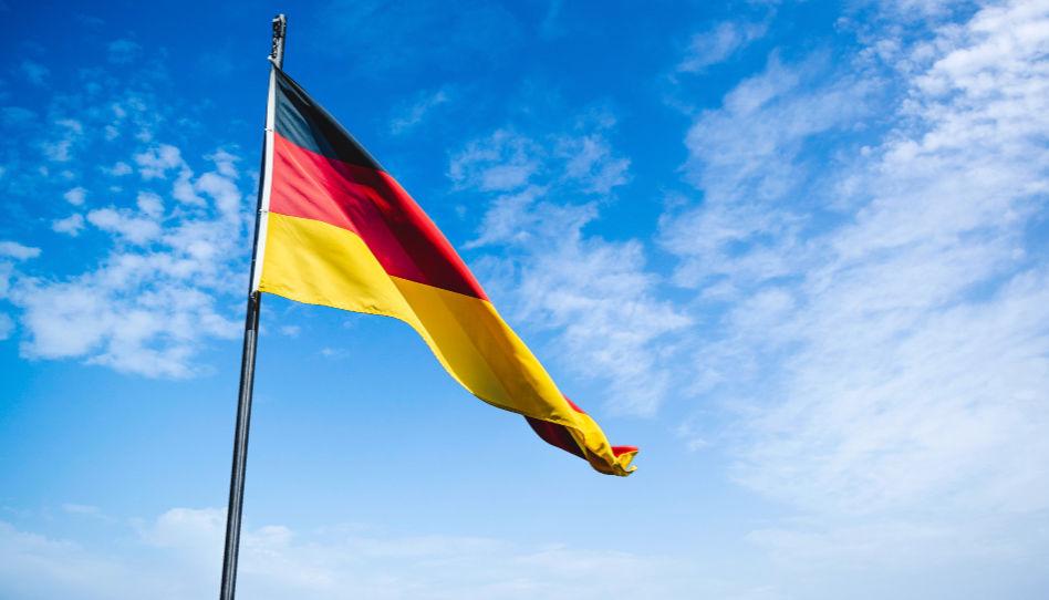 Zu sehen ist eine Deutschlandfahne an einem Mast. In Deutschland gibt es zwei Tempel, den Frankfurt-Tempel und den Freiberg-Tempel.