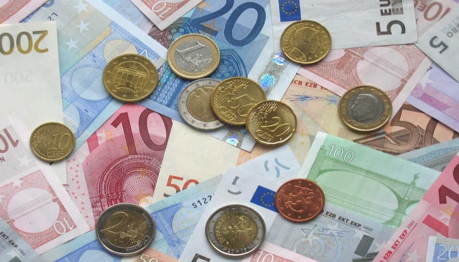 Zu sehen sind Scheine und Münzen. Doch denkt daran: Wahres Glück lässt sich nicht mit Geld kaufen.