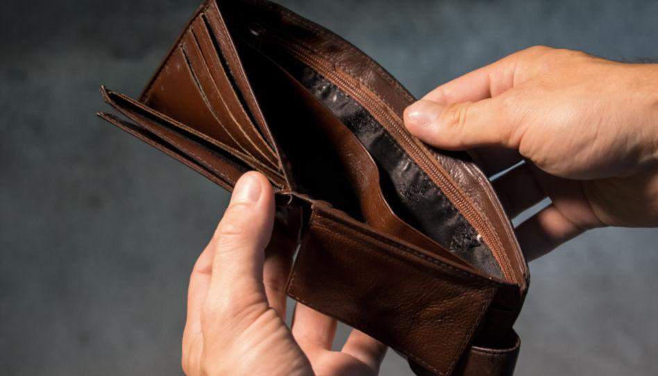 Zu sehen ist eine leere Geldbörse.