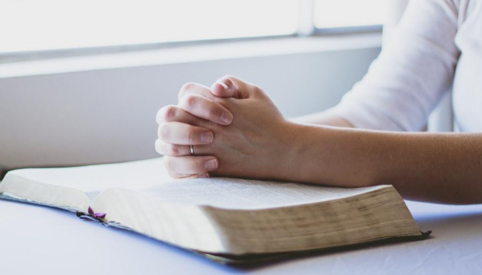 Um sein Potenzial zu erkennen, gibt Henry B. Eyring uns den Ratschlag, immer zu beten. Daher sieht man hier zum Gebet gefaltete Hände.