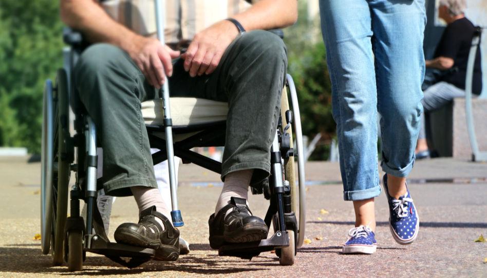 Hier sieht man einen älteren Herrn in einem Rollstuhl sitzend. Neben ihm läuft eine junge Frau, die ihn zu begleiten scheint. Der letzte Ratschlag von Präsident Eyring ist der, anderen zu Dienen.