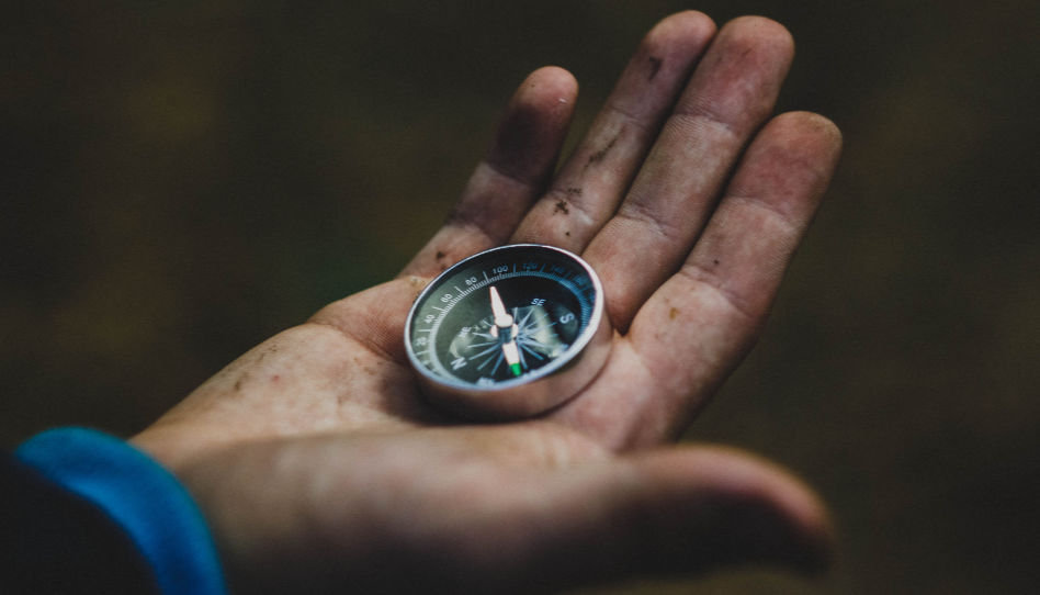 Zu sehen ist eine Hand, auf der ein Kompass liegt. Damit Henry B. Eyring sein Potenzial erkennen konnte, musste er sein Leben neu ausrichten.