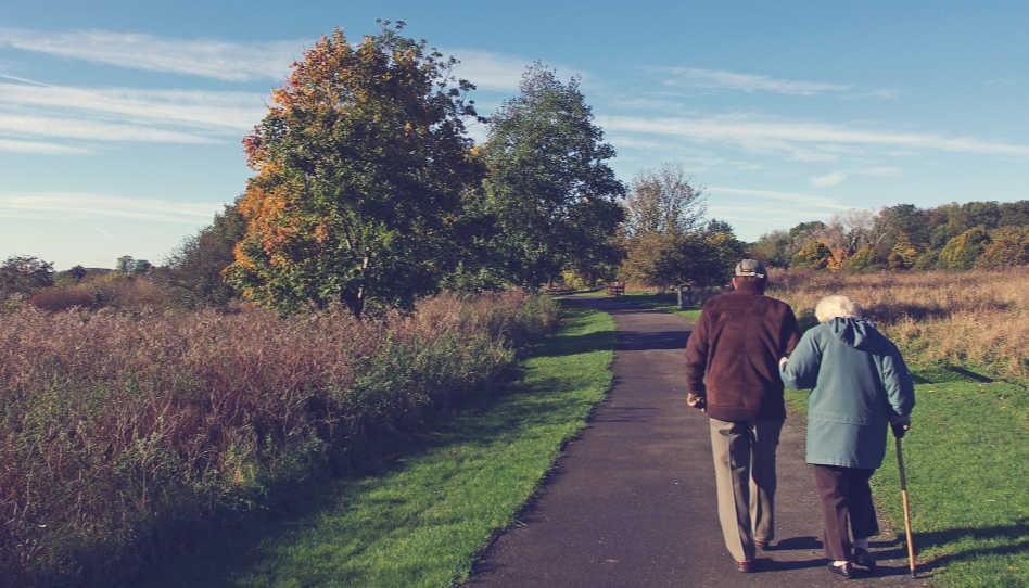 Eine wahre christliche Gemeinschaft spiegelt sich oft in älteren Ehepaaren, die sich trotz Krankheit oder anderer Beschwerden, unermüdlich zur Seite stehen und einander unterstützen. Hier zu sehen ist daher ein älteres Ehepaar, das Arm in Arm spazieren geht.