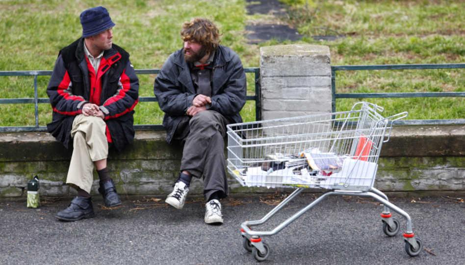 Eine christliche Gemeinschaft, sollte sich der Armen, Kranken und Bedrängten annehmen, wie Jesus Christus es vorlebte. Hier zu sehen sind daher zwei Obdachlose, auf einer Bank sitzend.