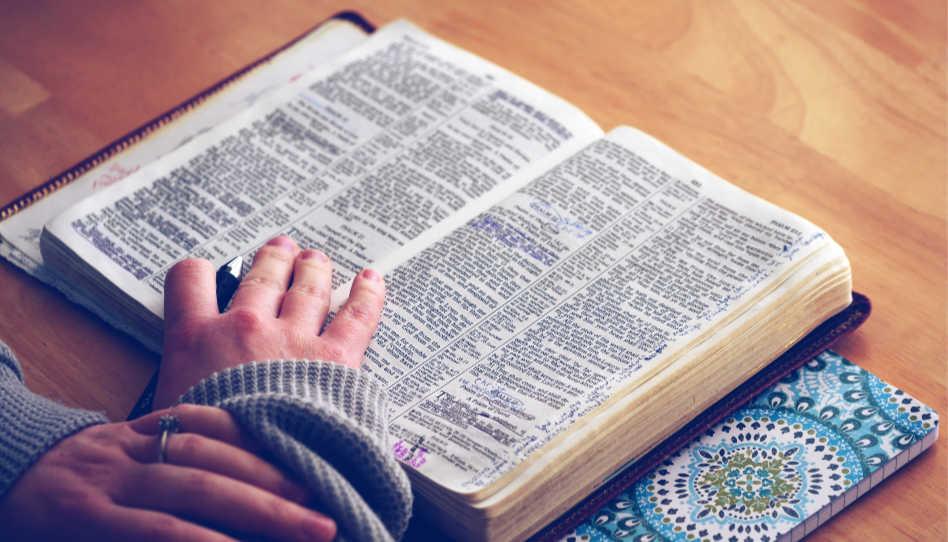 Ein weiterer Ratschlag, um unser Potenzial zu erkennen, ist der, uns am Wort Gottes zu weiden. Darum siehst du hier eine aufgeschlagene Bibel, darauf eine Hand.