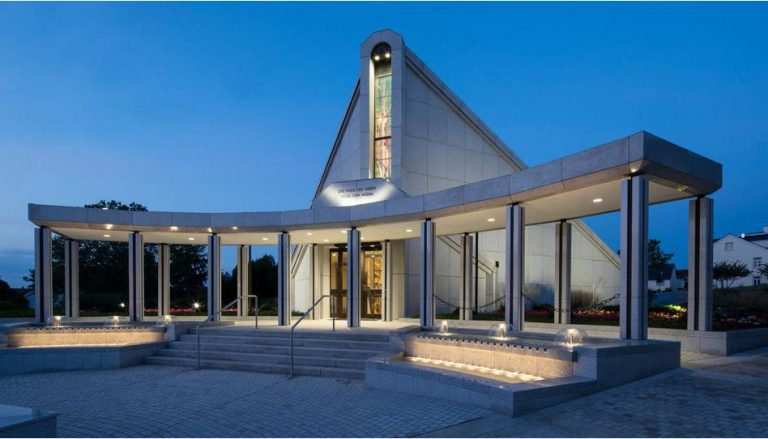 Zu sehen ist ein am Abend aufgenommenes Foto des Frankfurt-Tempels, der kürzlich während der Tage der offenen Tür für 3 Wochen der Öffentlichkeit zugänglich war.