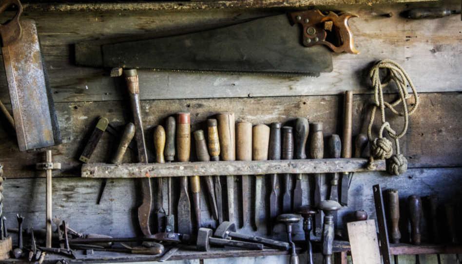 Zu sehen sind verschiedene Werkzeuge. Unser himmlischer Vater kann und in einer Ehe, nämlich Vater und Mutter als Werzeuge nutzen, wenn wir es denn zulassen.