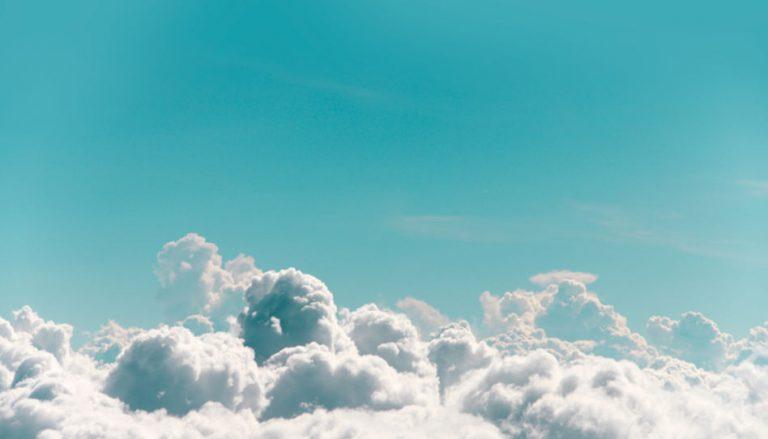 Hier ist ein ein schöner blauer Himmel mit imposanter Wolkenbildung zu sehen. Der Beitrag befasst sich mit der Frage, wie wir mit Hilfe des Heiligen Geistes Frieden finden können. Ein solcher Himmel kann uns auch ein Gefühl des Friedens vermitteln, besonders wenn wir an unsere himmlische Herkunft denken.