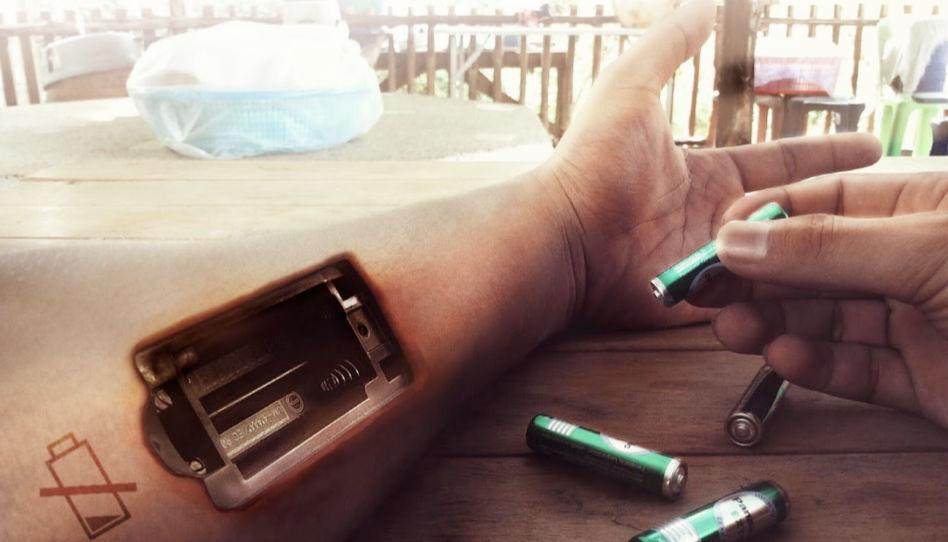 Um verantwortungsvolle Kinder großzuziehen müssen wir auch dann, wenn wir erschöpft sind, stark bleiben. Auf diesem Bild sieht man einen linken Arm, der digital so bearbeitet wurde, dass es aussieht, als habe er ein Batteriefach, in welches die rechte Hand eine Batterie einsetzen möchte.