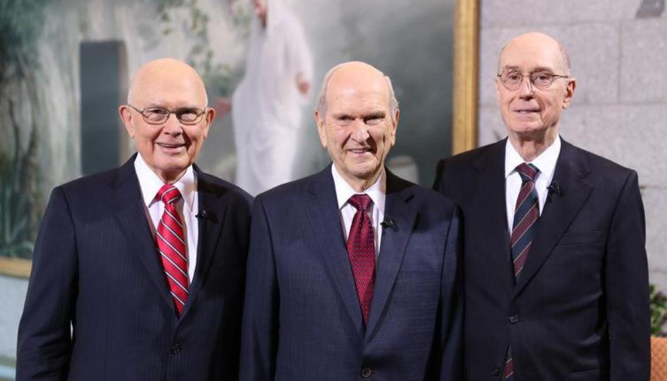 Zu sehen ist ein offizielles Foto der Ersten Präsidentschaft der Kirche Jesu Christi. Von links nach rechts: Dallin H. Oaks (1. Ratgeber), Russell M. Nelson (Präsident) und Henry B. Eyring (2. Ratgeber).