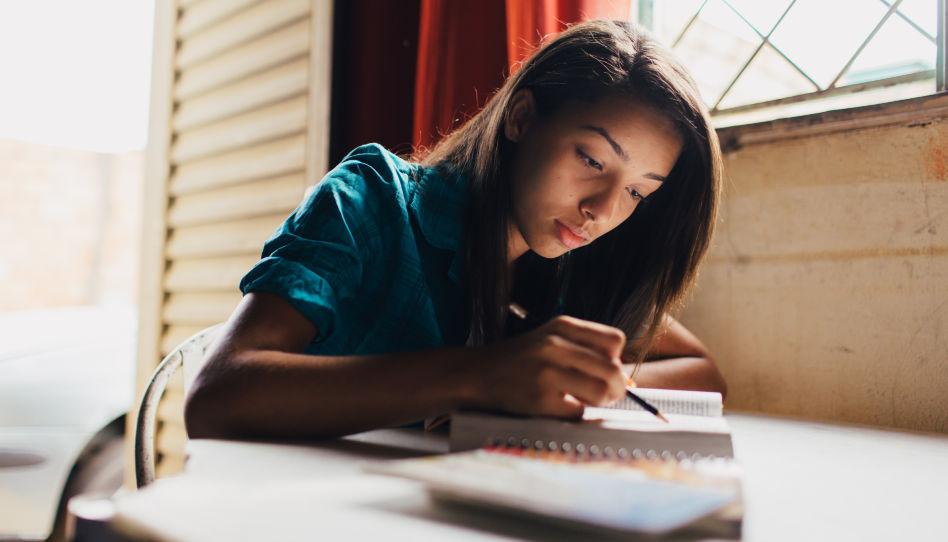 Zu sehen ist eine junge Frau, die in den heiligen Schriften studiert. Dadurch kann man den Heiligen Geist einladen, der uns helfen kann, wenn wir zweifeln, da er Wahrheiten bestätigt.