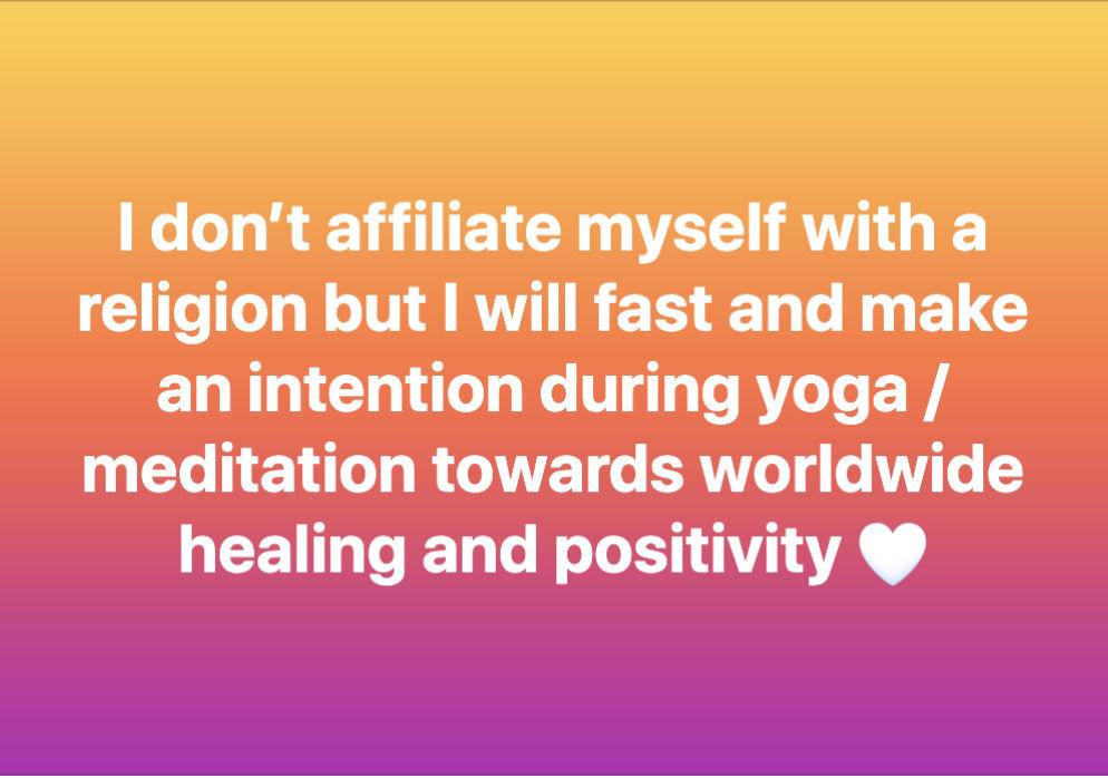 """Hier steht folgendes (Englisch): """"Ich fühle mich keiner Religion zugehörig, aber ich werde fasten und mich während Yoga/Meditation auf weltweite Genesung und Positivität konzentrieren <3"""""""