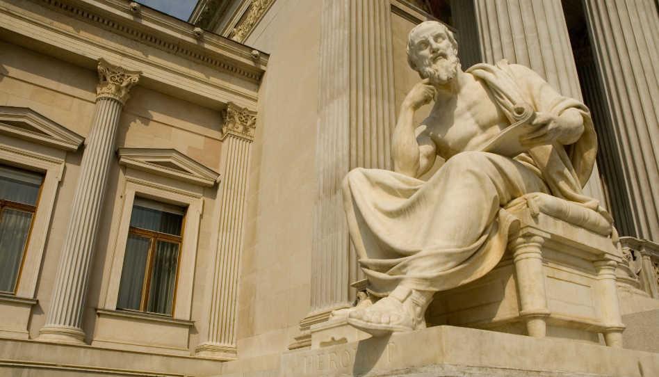 Zu sehen ist eine Statue des Geschichtsschreibers Herodot von Halikarnass.