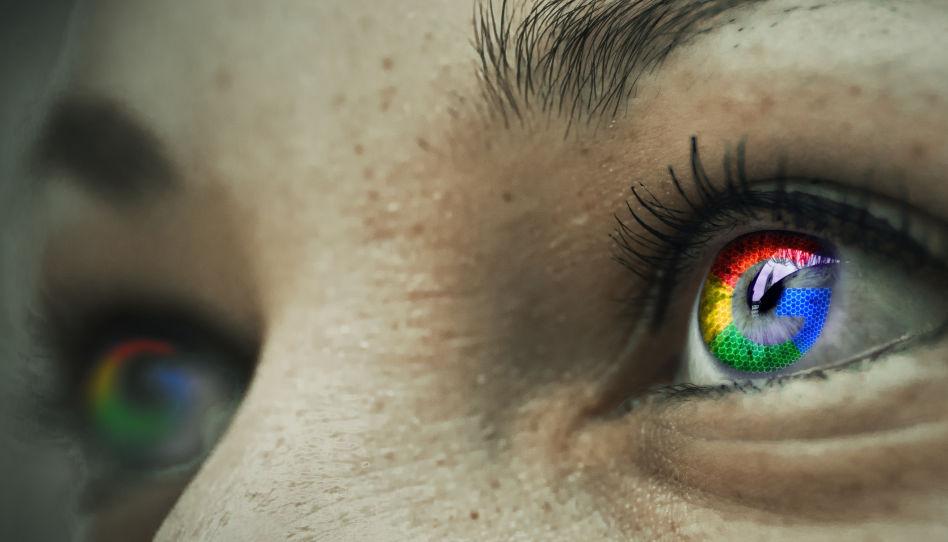 Zu sehen sind die Augen einer Frau. In den Augen ist, digital bearbeitet, jeweils das Logo von Google zu sehen.