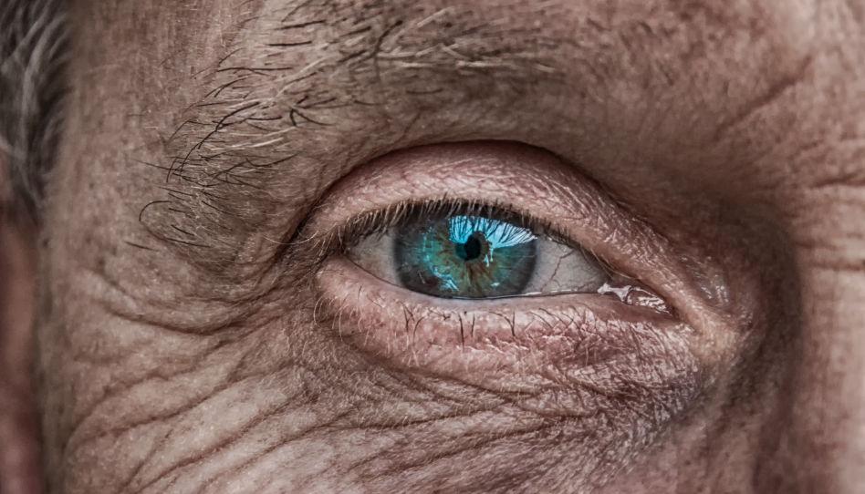 Zu sehen ist das Auge eines älteren Mannes.