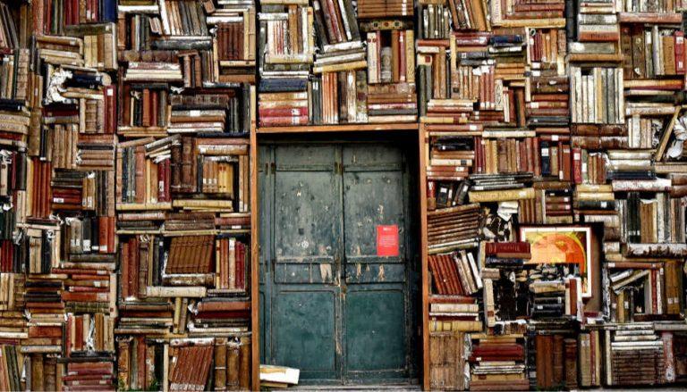 Hier ist eine Tür zu sehen, die von links, rechts und von oben von einer Bücherwand umgeben ist. Doch findet man darin Antworten auf die Frage, ob es rational ist, an Gott zu glauben?