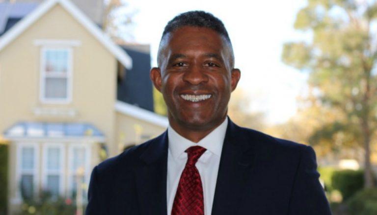 """Hier ist Marvin Perkins zu sehen. Er ist ein bekehrtes Mitglied der Kirche Jesu Christi. In diesem Beitrag spricht er über die Fehlinterpetation der Worte """"schwarz"""" und """"Fluch"""" in den heiligen Schriften."""