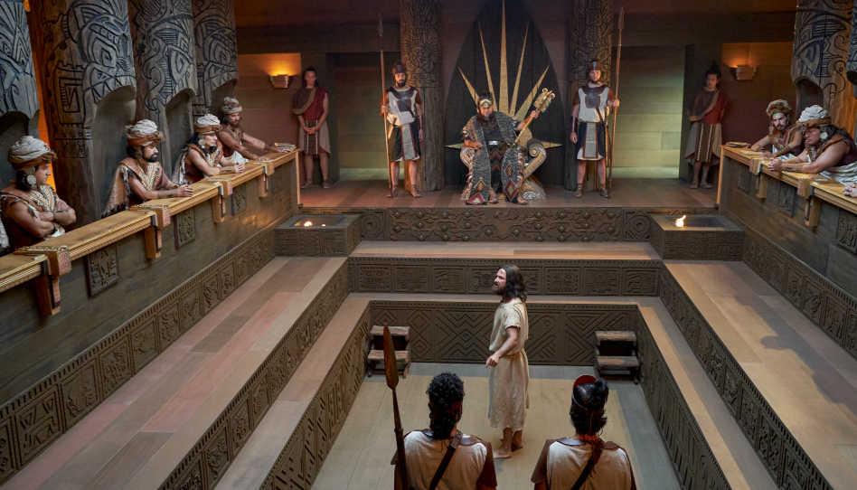 Die Proteste des Propheten Abiniadi im Buch Mormon, der das Volk zur Umkehr aufrief, endeten für diesen mit dem Tod durch Verbennen. Hier ist Abinadi vor dem damaligen König und dessen Richter zu sehen.