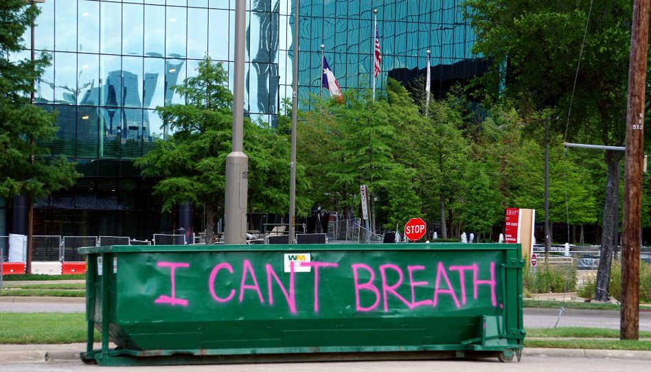 """Zu lesen ist ein Graffiti mit der Aufschrift """"I can't breathe""""; das waren die Worte von dem durch einen Polizisten erstickten US-Bürger George Floyd, bevor er starb."""