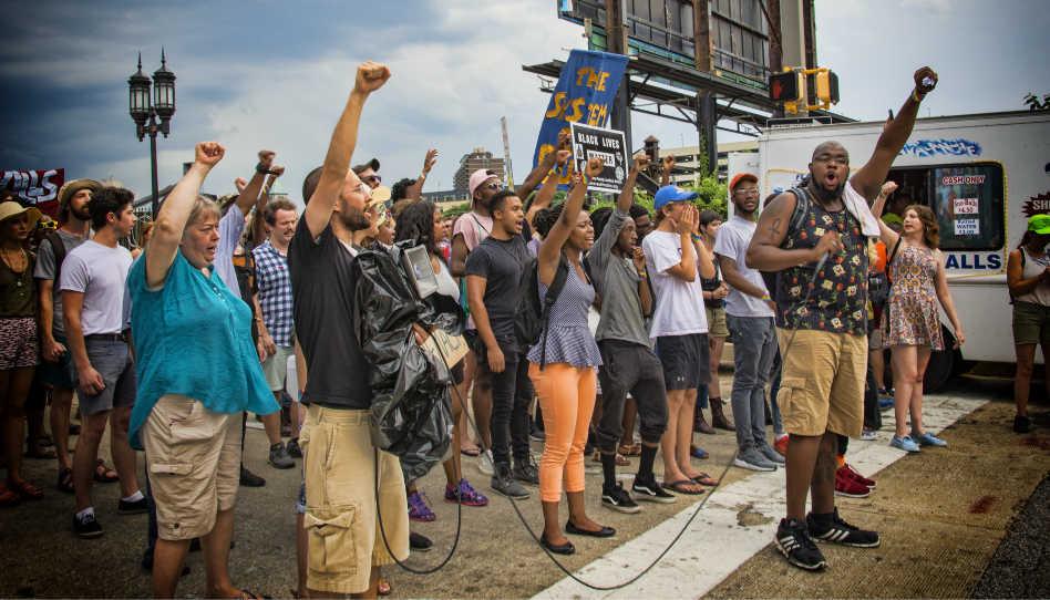 """Zu sehen sind Proteste einer friedlichen Gruppe von Demosntranten zur """"Black Lives Matter"""" - Bewegung."""