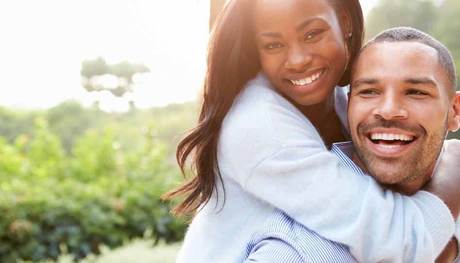 Zum Thema Umgang mit Sexualität sehen wir hier ein strahlendes junges Paar.