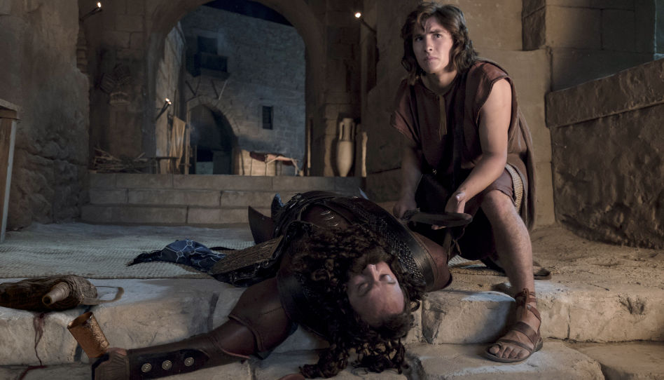 Hier ist die Szene, in der der Prophet Nephi über en betrunkenen Laban gebeugt ist. Nephi entscheidet in dieser Szene über Leben und Tod.