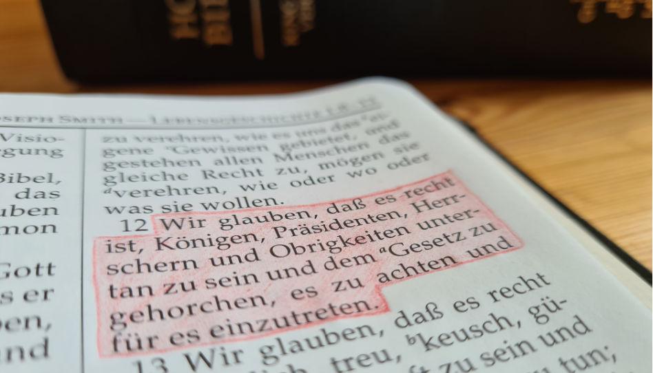 Zu sehen ist der zwölfte Glaubensartikel der Kirche Jesu Christi, markiert in der sogenannten Köstlichen Perle. In diesem Glaubensartikel geht es um Gehorsam.