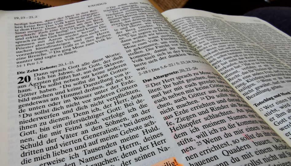 Zu sehen ist ein Foto der Zehn Gebote in der Bibel, Exodus 20.