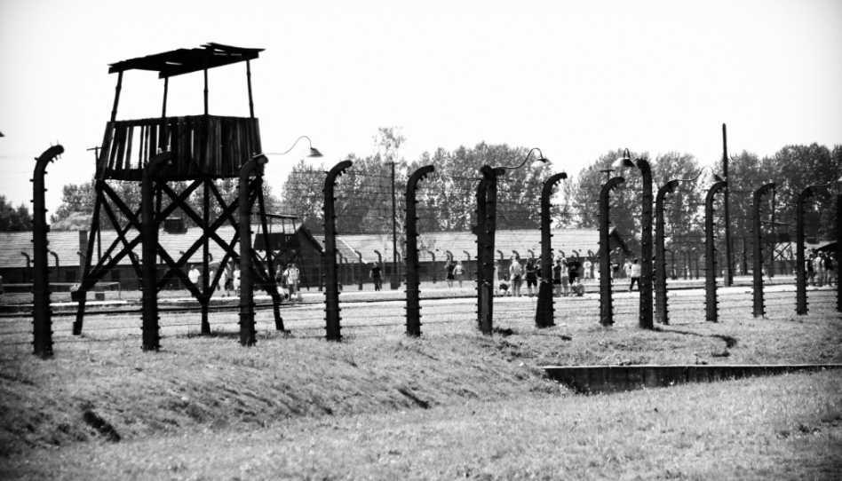 Zu sehen ist das Bild eines Konzentrationslagers.