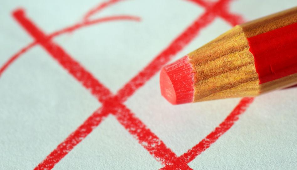 Zu sehen ist ein Kruez in einem Kreis, dazu ein rostfarbener Stift. Zur anstehenden Wahl werden auch wir wieder entscheiden, wo unser Kreuz gemacht wird.
