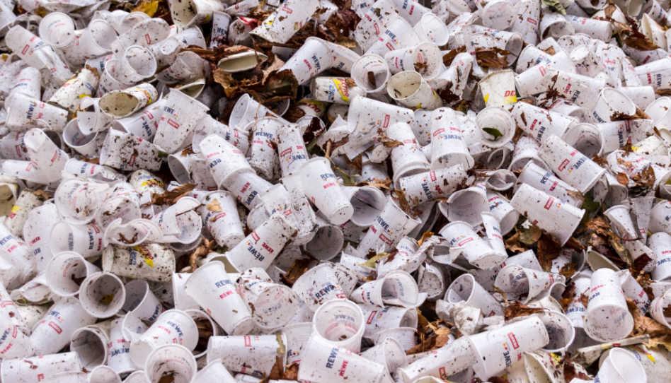 In Deutschland gilt ein Gebot der Mülltrennung. Hier zu sehen ist ein Müllberg von Plastikbechern.