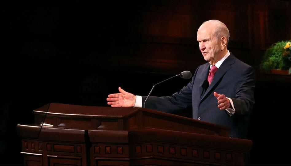 Zu sehen ist ein Bild des aktuellen Präsidenten der Kirche Jesu Christi, Russell M. Nelson, während einer Ansprache einer Generalkonferenz.